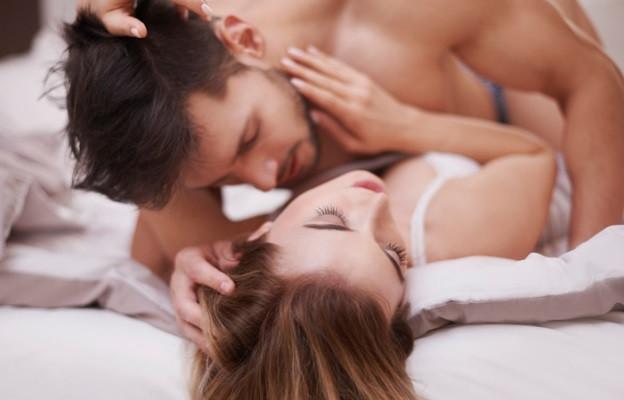 Гледайте се в очите - очният контакт е много важен, защото така сякаш надниквате в душата на партньора си.