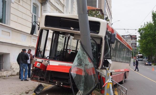Предницата на автобуса се е забила в стълба