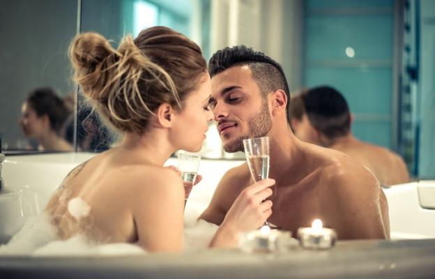 Правете го бавно - да, страстният секс е страхотен, но има нещо супер романтично и чувствено в по-нежния секс. Той наистина създава усещането за по-голяма близост.