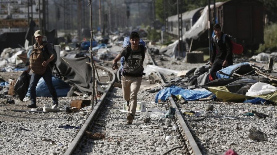 Близо 100 нелегални мигранти от Гърция нахлуха у нас