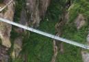 Прозрачен мост спира дъха на туристи
