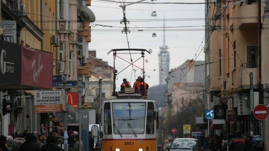 Гратисчия смаза контрольор в трамвай, пострадаха пътници
