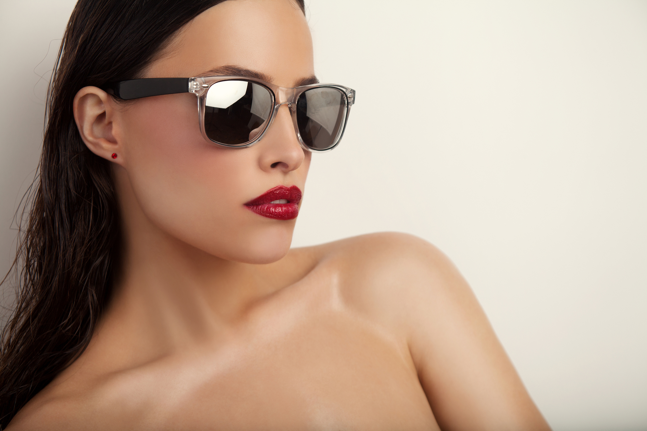Любимите ни слънчеви очила едва ли ни предпазват качествено от слънчевите лъчи. Трябват ви качествени очила, които да защитават очите ви от слънчевата светлина.