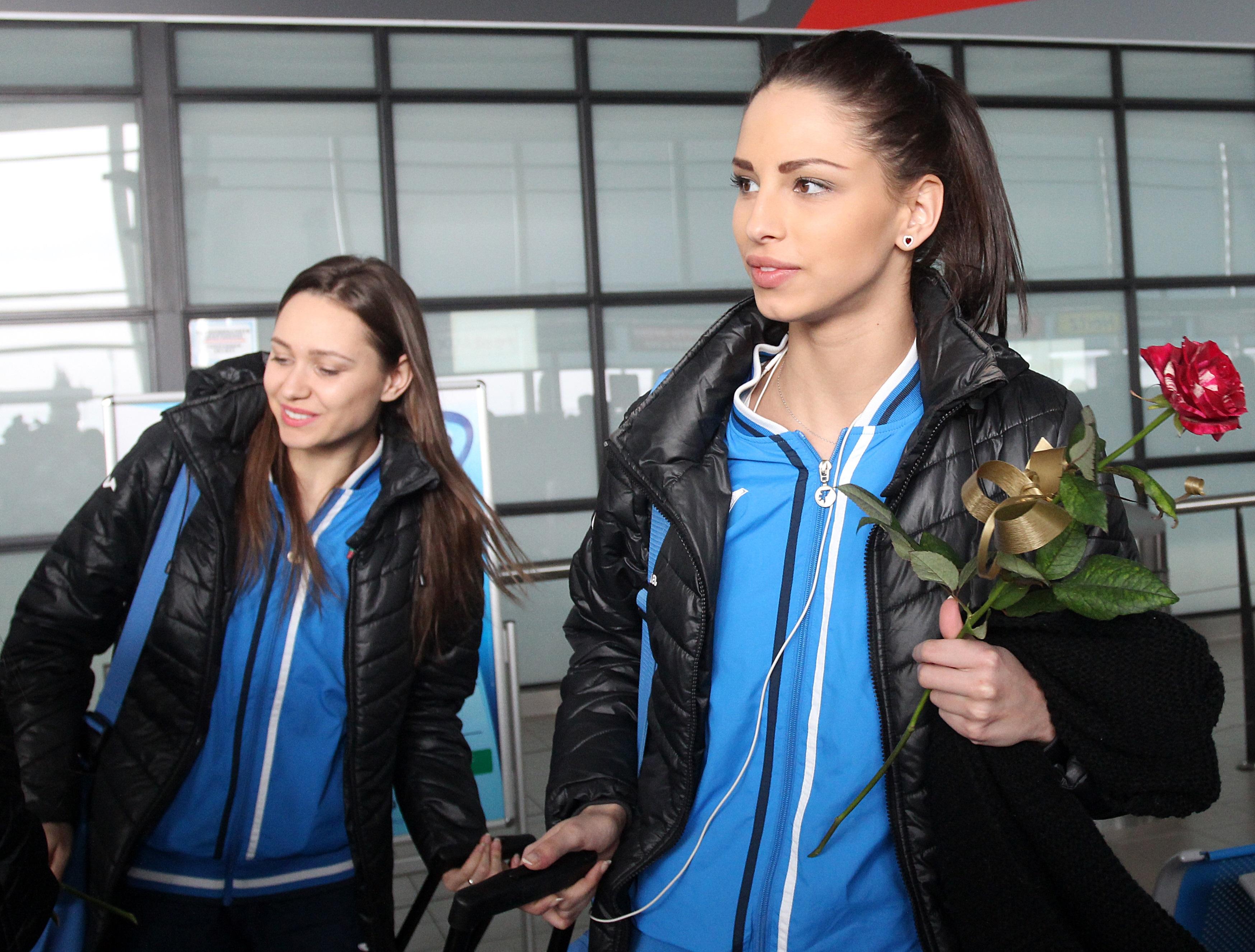 """Eдна от най-добрите състезателки от националния ансамбъл на България и любимка на феновете – Цветелина Стоянова, е в """"Пирогов"""". 21-годишната гимнастичка е приета по спешност около 14:00 часа днес в шокова зала, в съзнание, но в изключително тежко състояние. Тя е паднала от 6-я етаж на жилищна сграда. Става въпрос за блок 319 в кв. Надежда."""