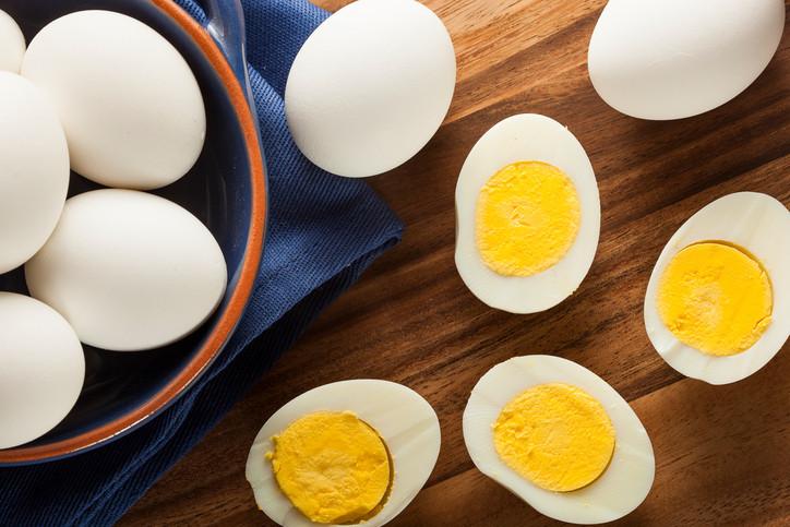 Имат много полезни вещества Яйцата съдържат витамини А, В6 И Е, тиамин, рибофлавин, фолиева киселина, желязо, фосфор, селен, магнезий - все съставки, изключително полезни за нас.