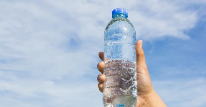 Частици пластмаса има в почти всяка бутилка вода, а данните