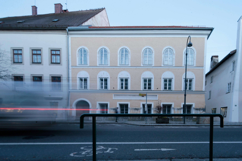 <p>Родният дом на Адолф Хитлер, в която той е живял през първата година от раждането си през 1889 г., се намира в австрийския град Браунау близо до границата с Германия. Неонацисти редовно идват през последните години на поклонение пред дома на бившия нацистки диктатор на Германия, а австрийските власти се опитваха от 1984 г. за изкупят имота, но неговата собственичка отказваше да го продаде. Преди години равителството на Австрия директно реши да конфискува къщата от частния ѝ собственик, за да не позволи тя да се превърне в притегателен център за неонацисти.</p>