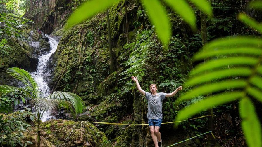 Да балансираш върху въже до 25-метров водопад