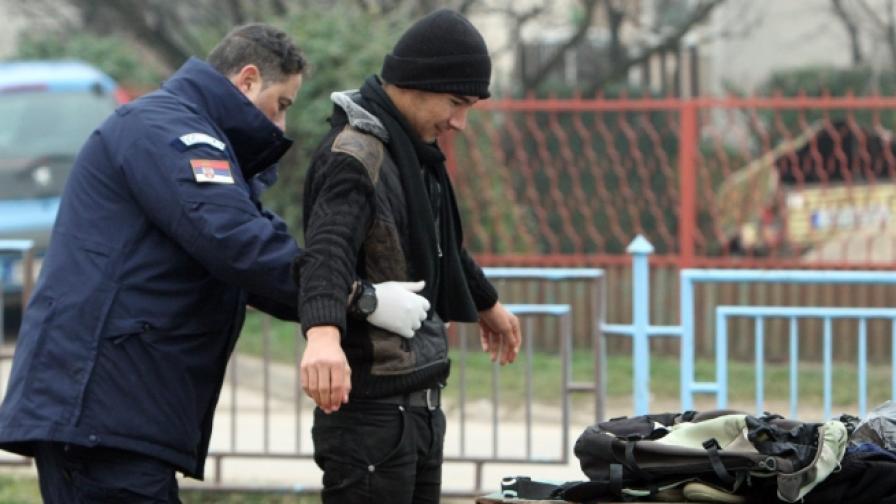 Архив: Полицай проверява мигрант на сръбско-българската граница