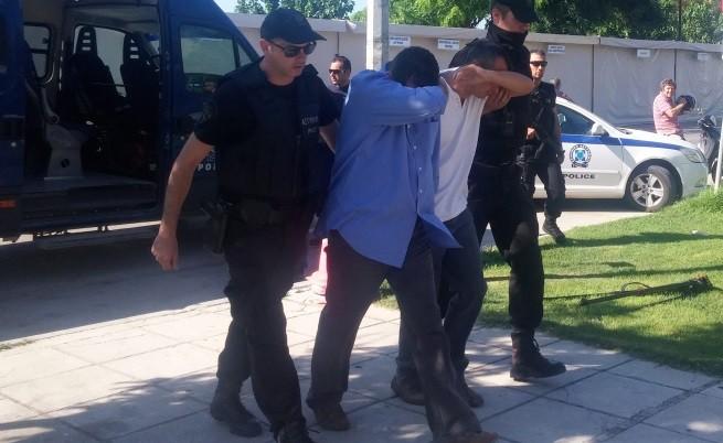 Гръцки полицаи охраняват турските военни на път към съда в Александруполис