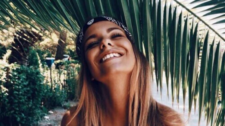 жена плаж лято усмивка радост щастие