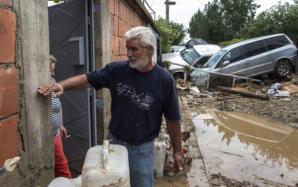 Опустошителната буря, която връхлетя Скопие и Тетово в събота вечер, взе 21 жертви, сред тях има и 2 годишно дете.