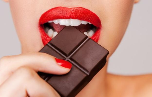 <p>Шоколад - Шоколадът има&nbsp;стимулиращ ефект&nbsp;върху тялото ни заради кофеина, захарта и комбинацията от мазнини. Те повдигат нивото на хормоните на щастието ендорфини и водят до това, което учените наричат &bdquo;върховно мозъчно щастие&rdquo;. Едно-две парченца тъмен шоколад на ден намаляват риска от инсулт.</p>