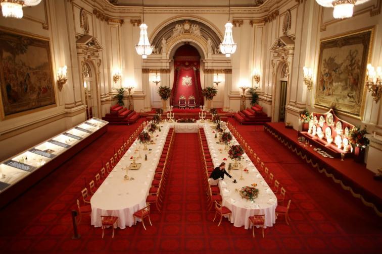 8. Кралската бална зала, Бъкингамският дворец<br /> Виждали ли ли сте балната зала на двореца? Освен, ако не сте наистина близки приятели с кралското семейство, никога няма да стъпите в нея. Там кралицата организира своите приеми. По време на вечерите, многобройната прислуга обикаля из залата и сервира на гостите изискана храна и едни от най-скъпите вина.