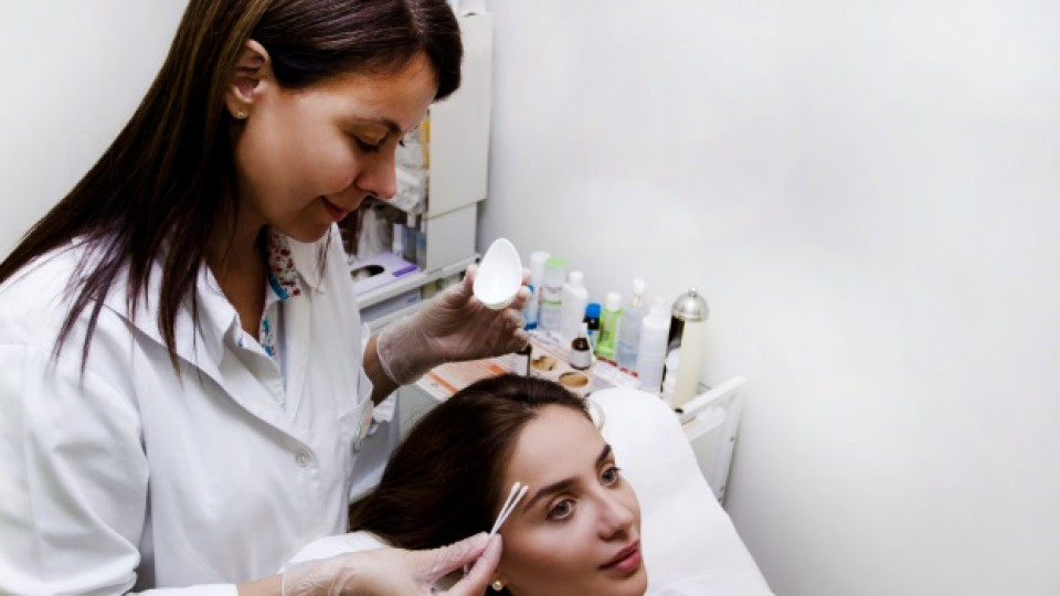 Актрисата Елен Колева се подлага на процедурата при д-р Сияна Живкова