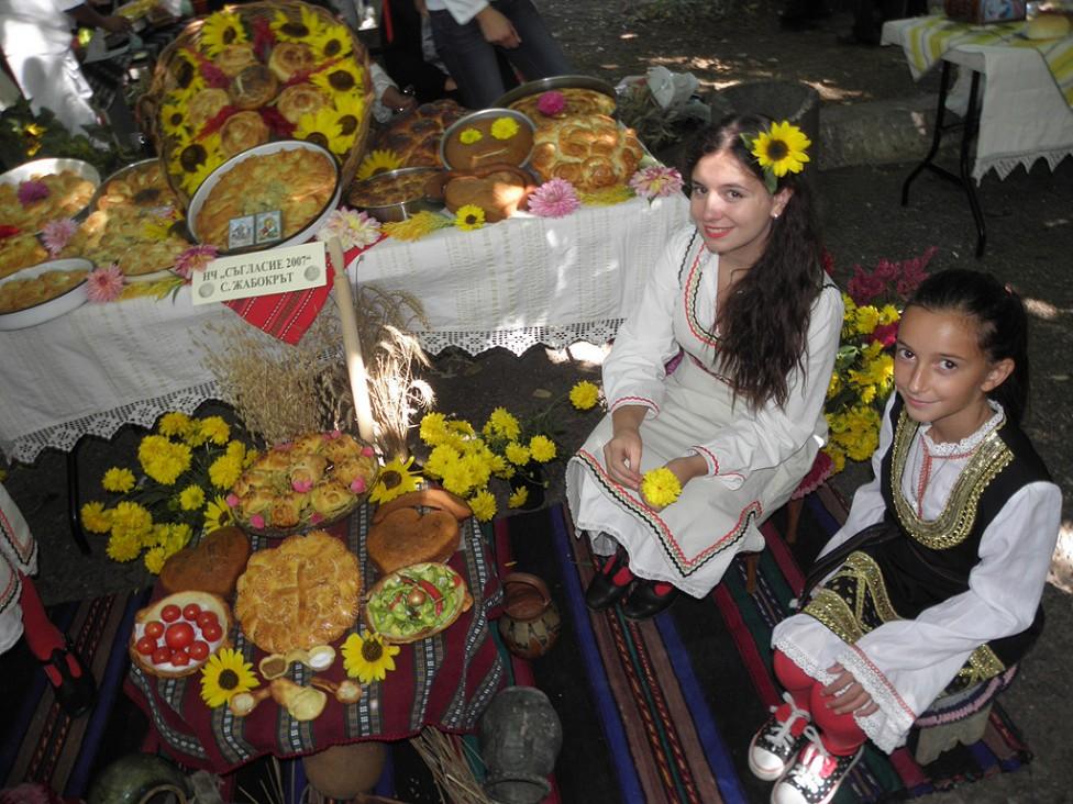 """- Изложение на богородични и обредни хлябове се провежда днес в град Кюстендил. На църковния празник """"Успение на Пресвета Богородица"""" или """"Голяма..."""