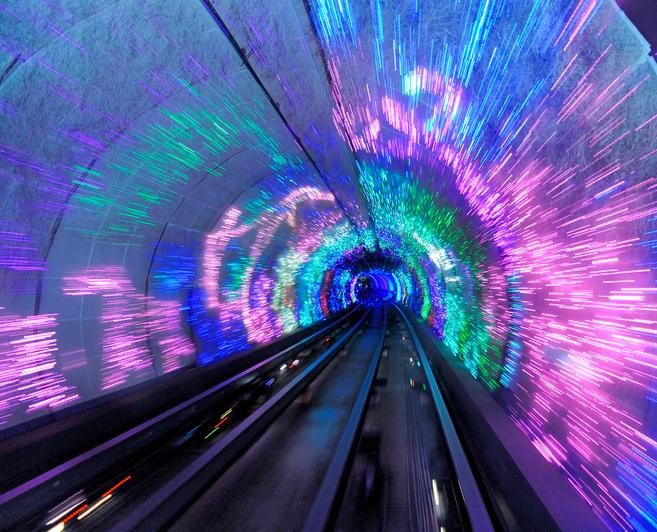 Метрото в Шанхай е открито през не толкова далечната 1993 година.