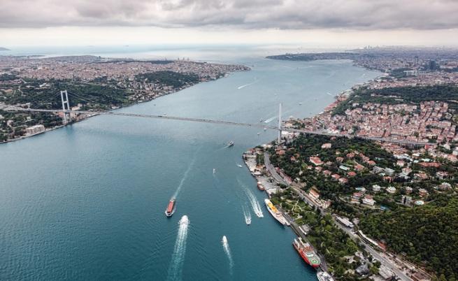 Два кораба се сблъскаха, спряха движението през Босфора