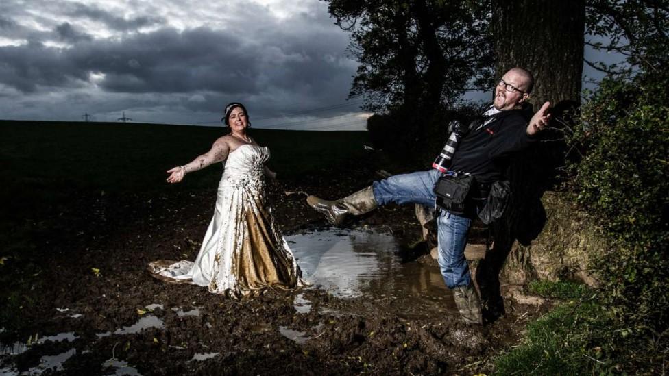 - Бихте ли поверили снимките от най-важния момент в живота си в ръцете на едно дете. Младоженци от Шотландия вече го направиха и със сигурност не...