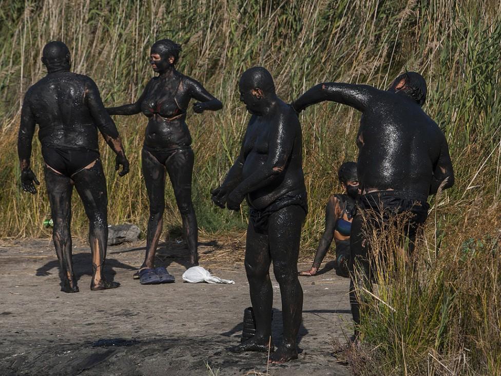 """- Басейните с лечебна кал и луга са разположени в южната част на Атанасовското езеро и представляват най-големият безплатен """"СПА център"""" на открито в..."""