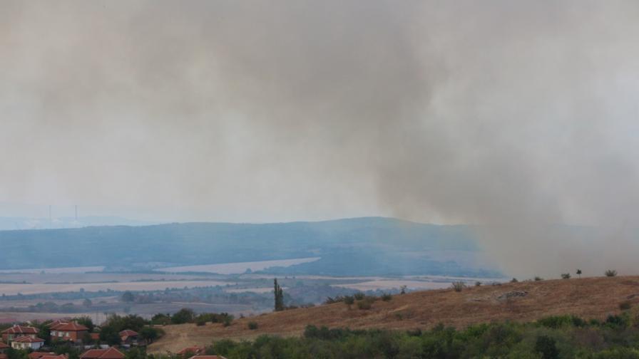 Огромен пожар в Харманлийско, смел кмет пострада