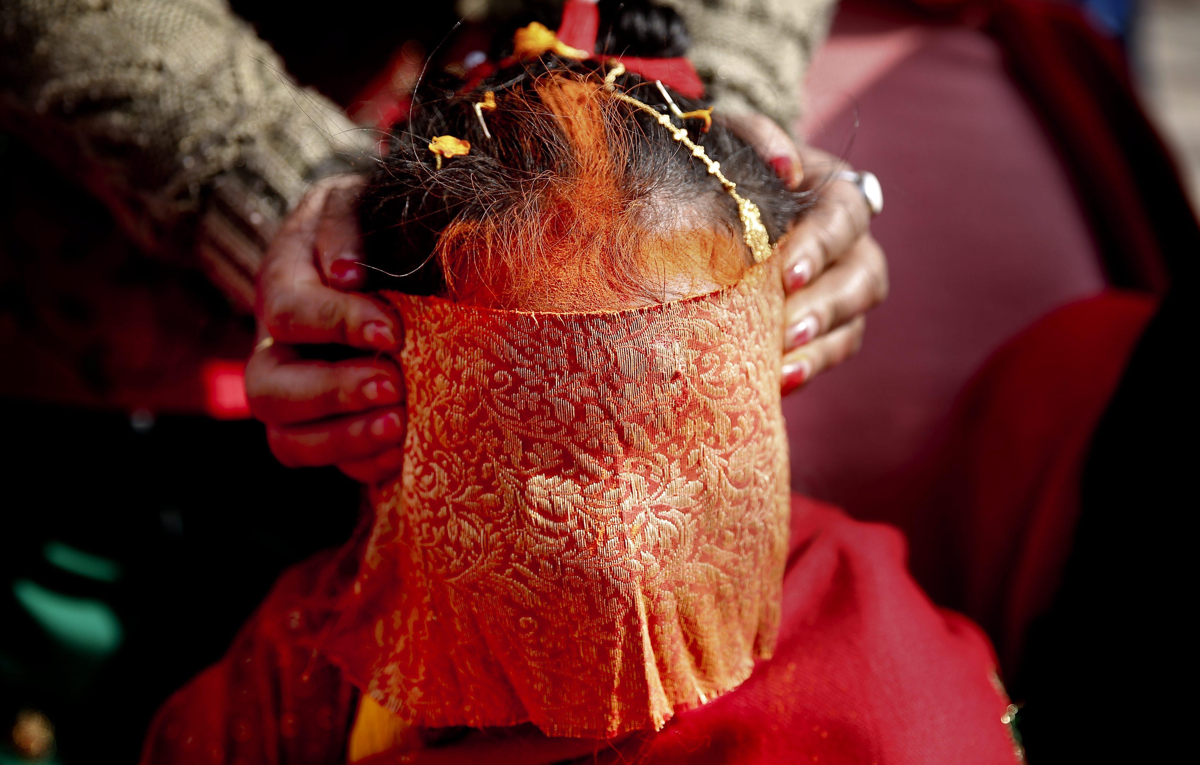 Детските бракове в Непал са забранени от 1963 г. насам, но консервативните селски общности пренебрегват забраната. Всяко трето момиче в Непал се задомява преди да е навършило пълнолетие, а всяко десето - преди да е навършило 15 години. При това не по собствена воля.
