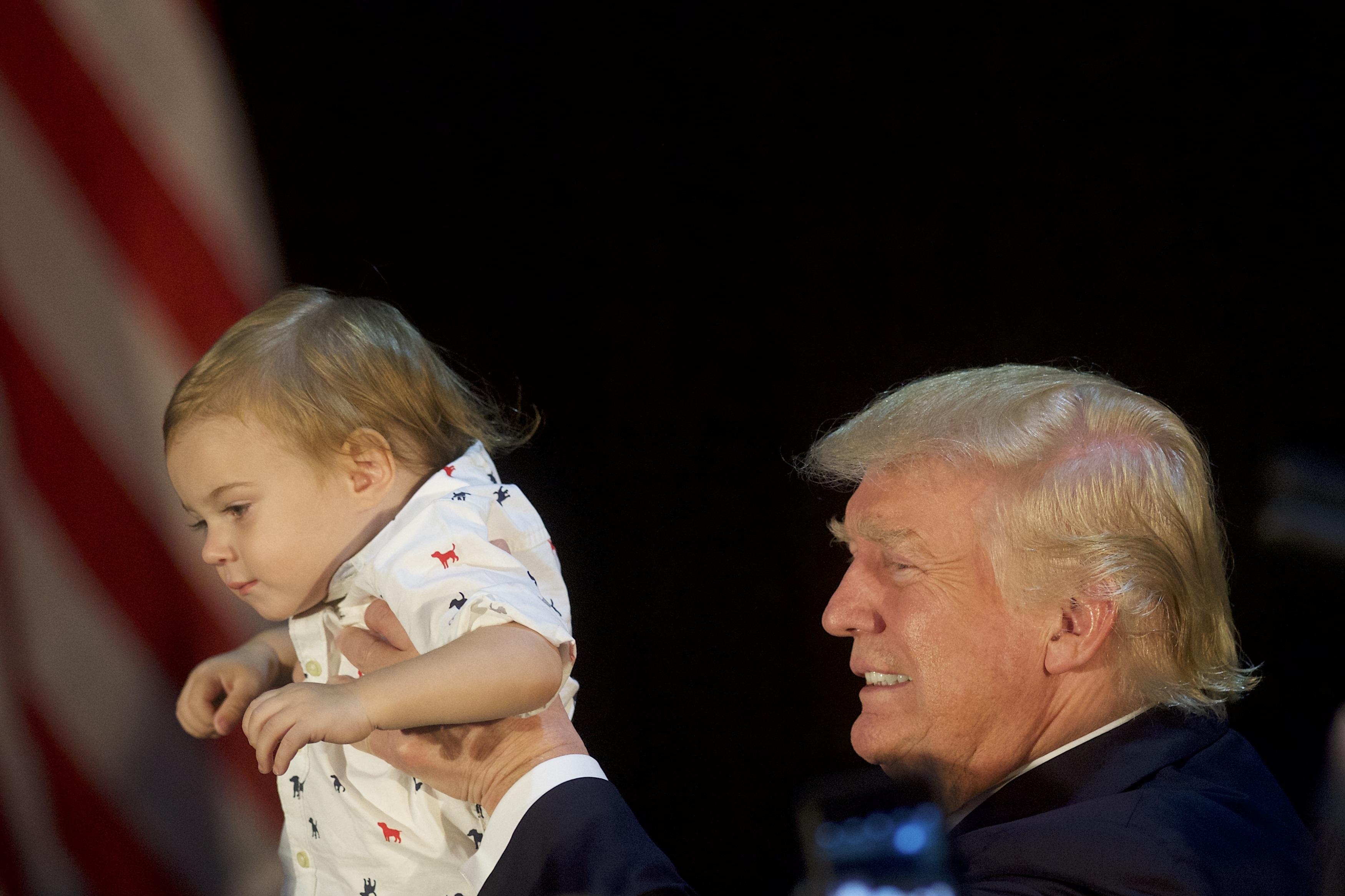 Тръмп се радва на 1-годишно момченце в Пенсилвания