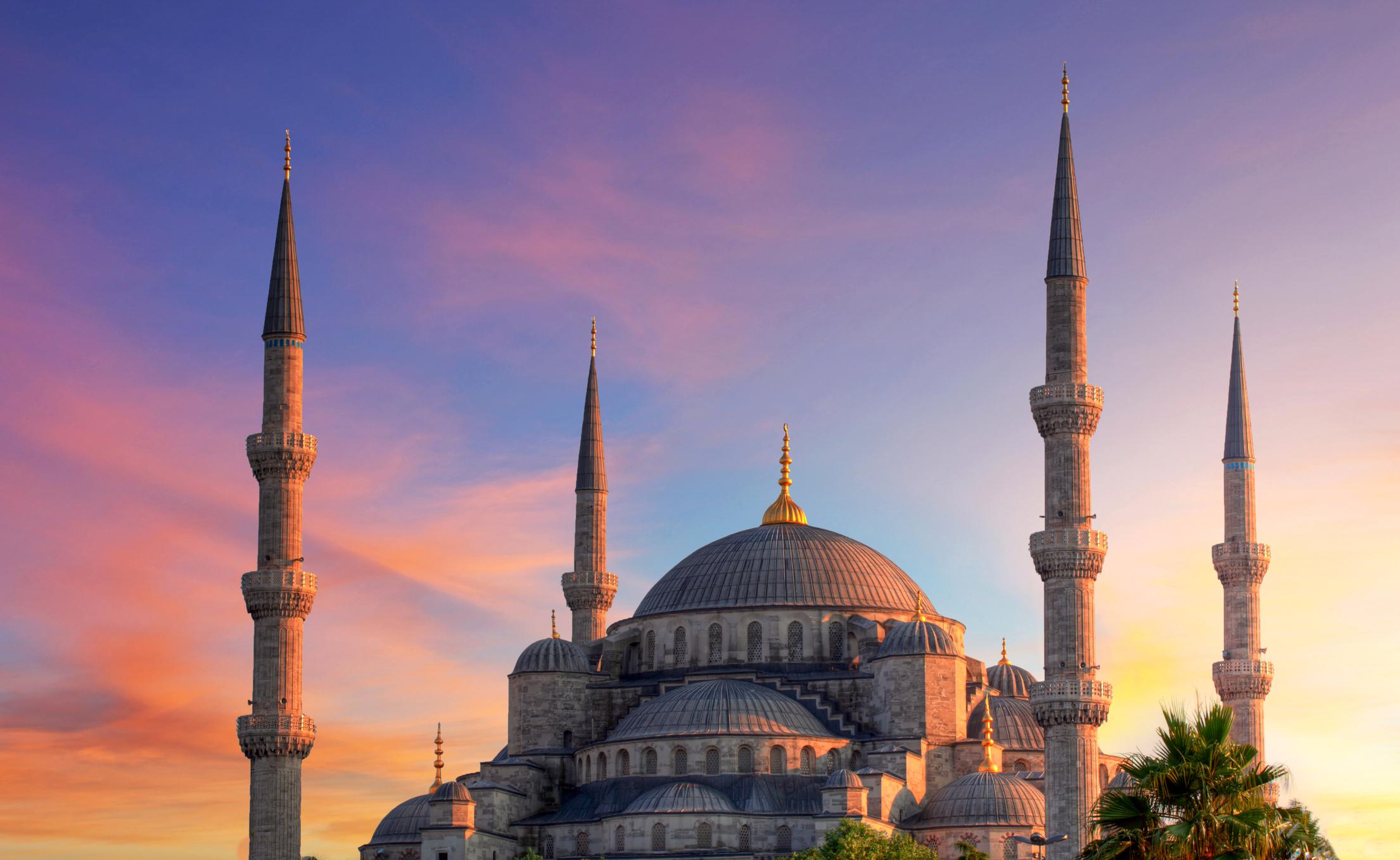 Град на два континента, огромен, необятен, красив, това е Истанбул. Много българи и пътуващи от цял свят го избират за своя туристическа дестинация. Казват, че отидеш ли в града на Босфора веднъж, със сигурност ще го направиш отново и отново. Въпреки че не е столица на Турция, Истанбул е най-големият град, представляващ икономическото, културното и историческото сърце на страната. В миналото е наричан с имената Стамбул, Цариград, Византион и Константинопол.