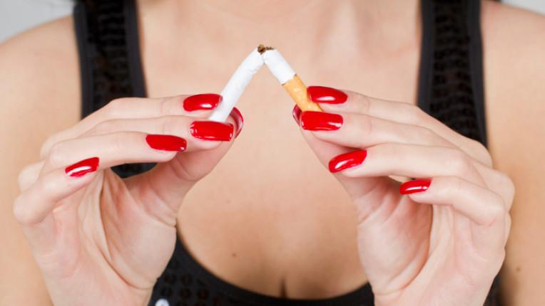 цигари пушене маникюр червени нокти