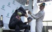 Налей ми: Рикардо пи шампанско от обувката си след титлата на Сепанг