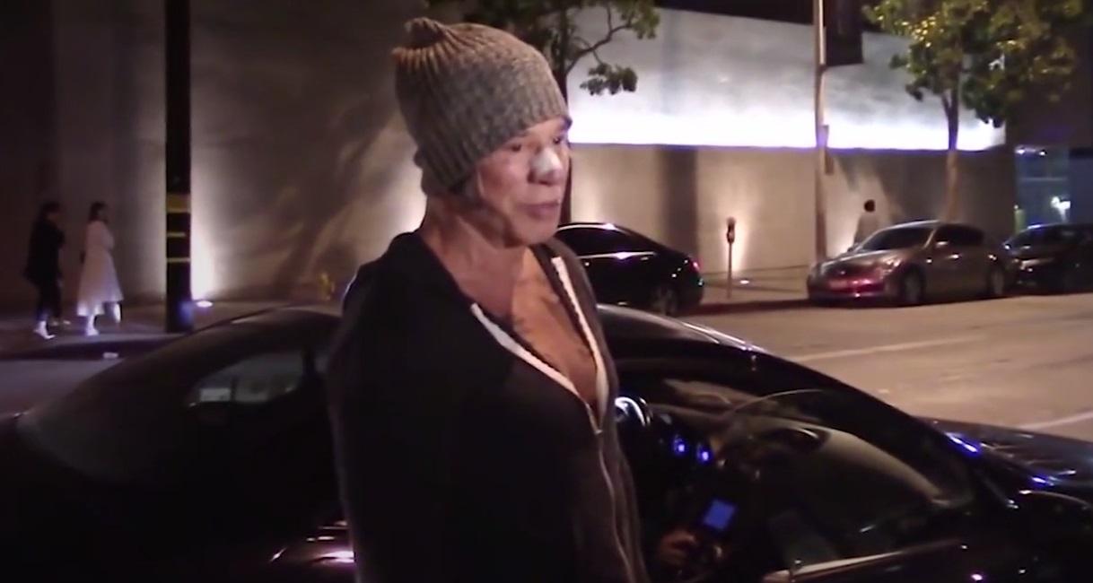 Мики Рурк притиснат от папараци при автомобила си