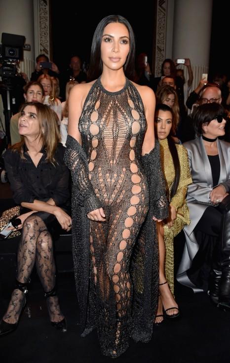 - Ким Кардашиян е във френската столица за Седмицата на модата заедно с майка си Крис Дженър и сестрите си Кортни Кардашиян и Кендъл Дженър