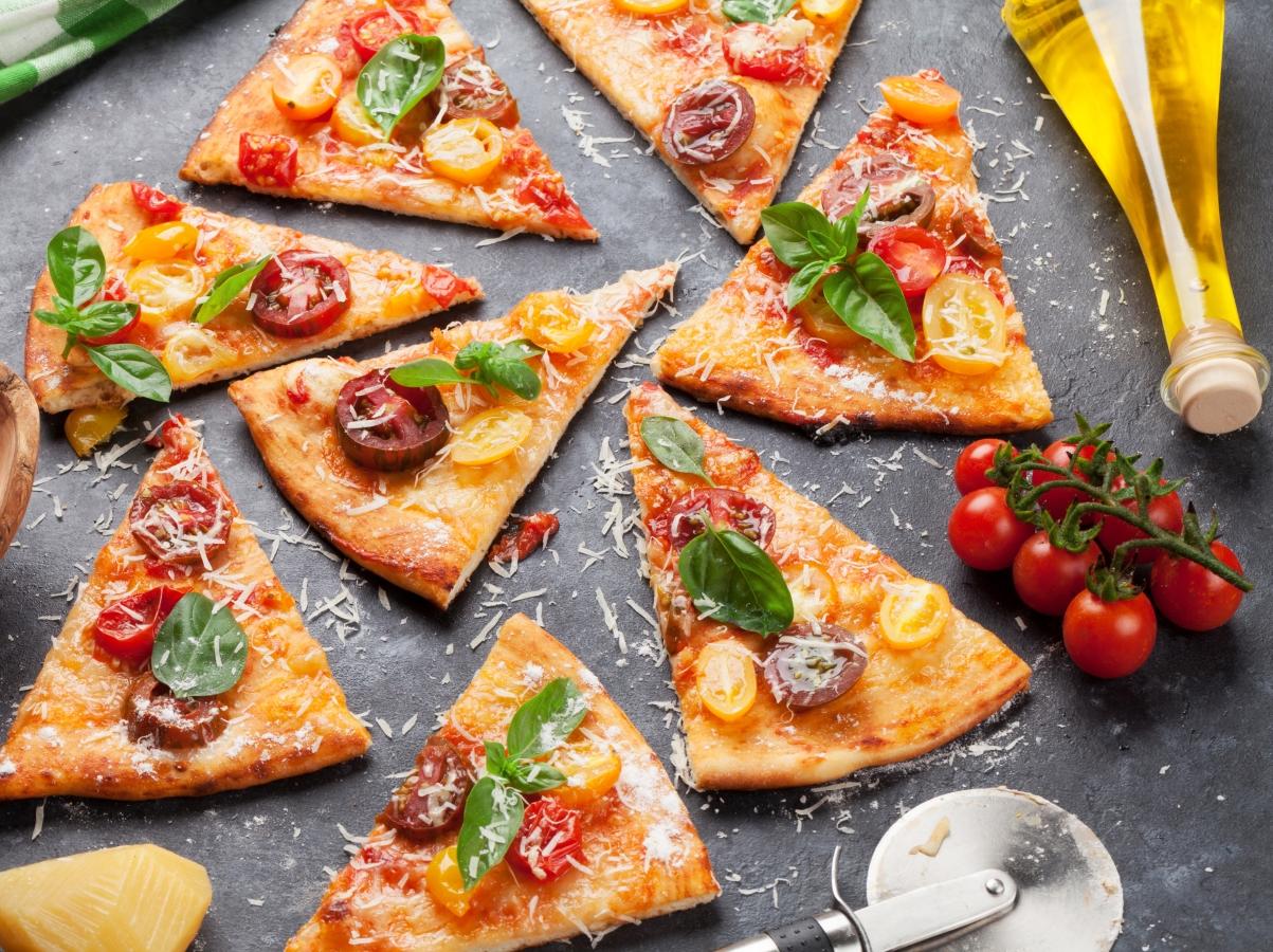 <p>Неаполитана: домати, чесън,&nbsp;босилек, риган, моцарела и&nbsp;аншоа</p>
