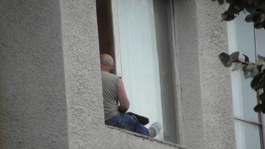 Над 4 часа мъж заплашва, че ще скочи от прозорец