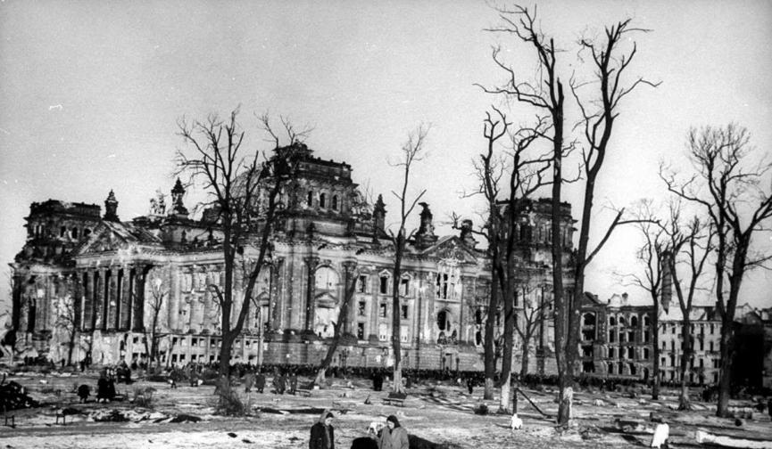 Райхстагът в Берлин през 1945 г.