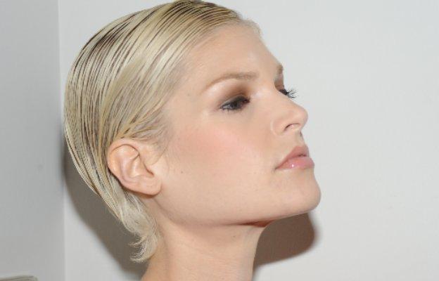 коса маска къса подстрижка блондинка