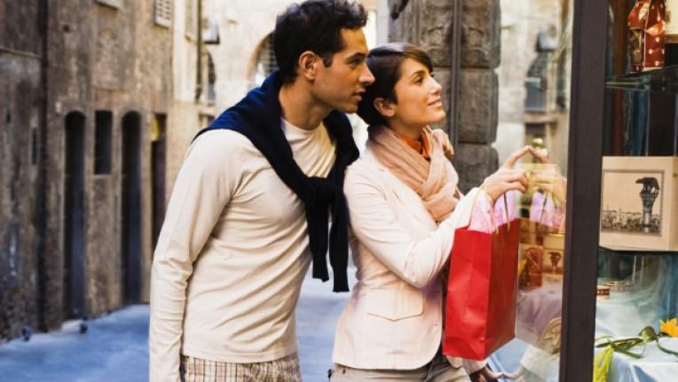 пазаруване мъж жена витрина двойка