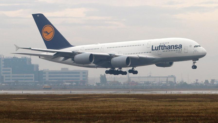 Най-големият пътнически самолет в света кацна в София