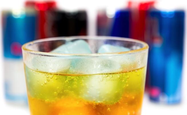 Смесването на енергийни напитки и алкохол е опасно, колкото кокаина