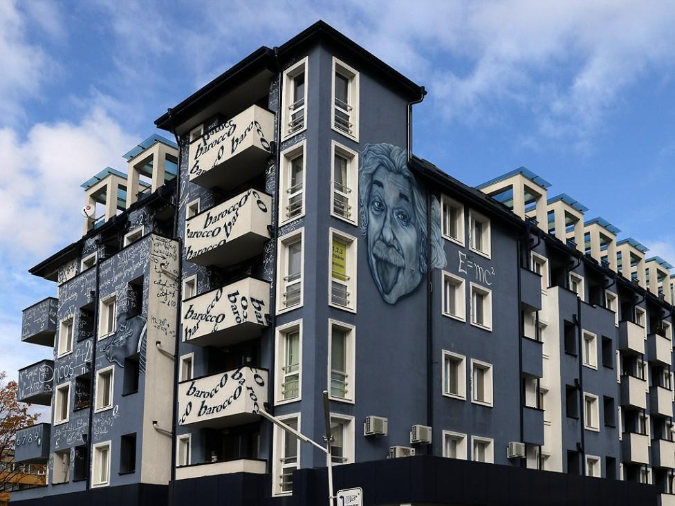 - Алберт Айнщайн, неговите формули и научни теории се появиха на новопостроена жилищна сграда до поликлиниката в Студентски град