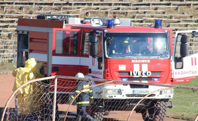 Пожар в мол във Варна, падна част от покрива