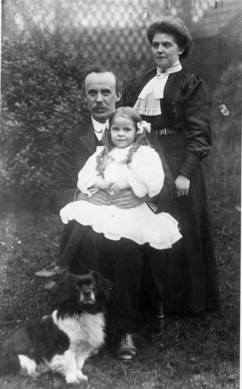 """Мъж с дъщеря си и племенницата си. И тримата се качват на борда на """"Титаник"""", но само момичетата оцеляват."""