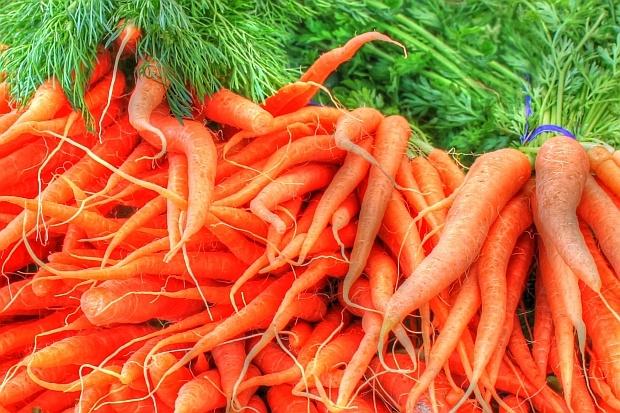 Моркови<br /> Бета каротинът, съдържащ се в морковите, мангото, сладките картофи и кайсиите, според учените предпазва кожата от увреждане. Една от теориите гласи, че той действа като кожен слънчобран, който отблъсква вредните лъчи и подобрява ефекта на слънцезащитните продукти.