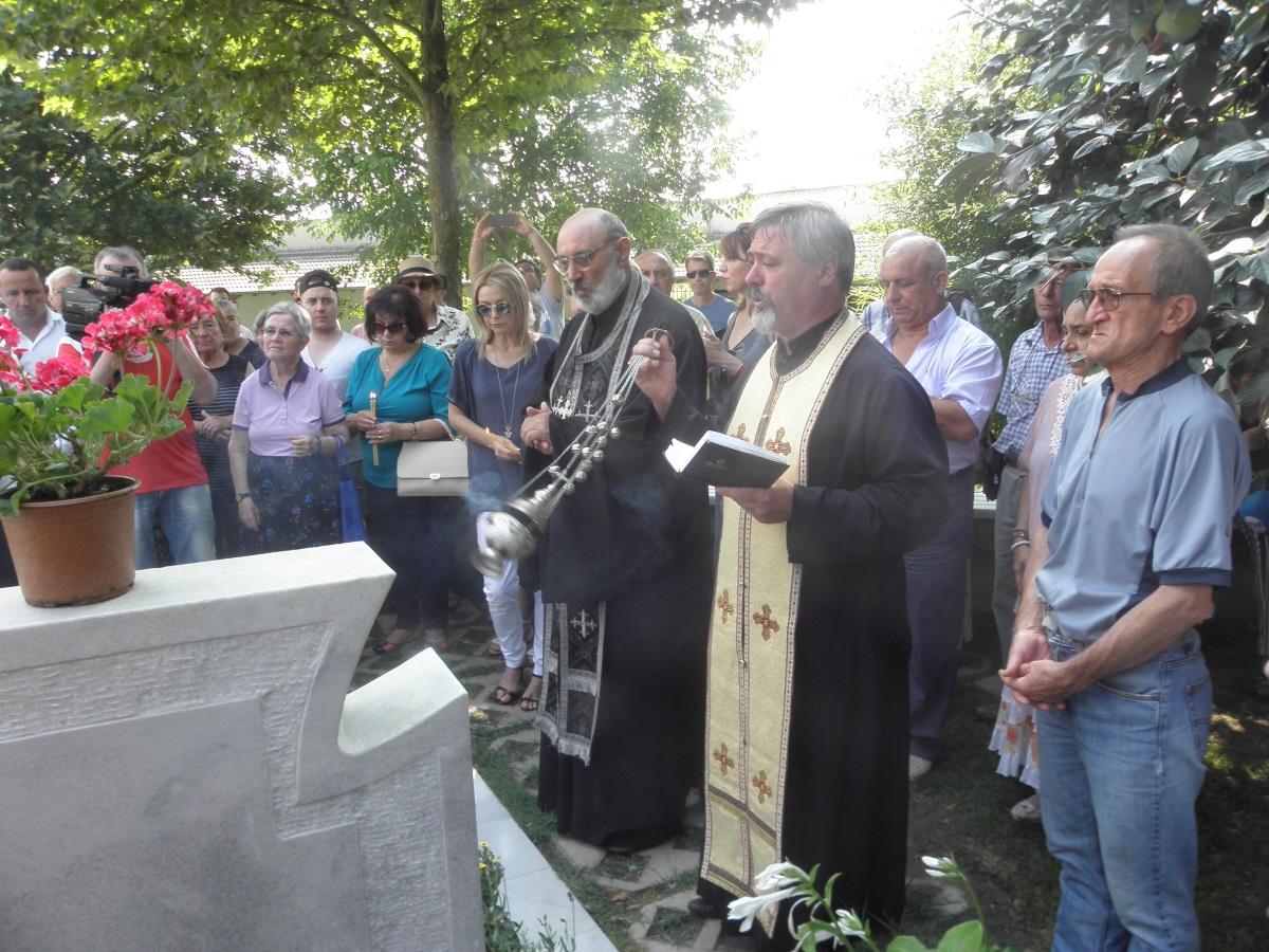 Прави се помен за починалите, който може да бъде на гроба, в църквата или у дома.