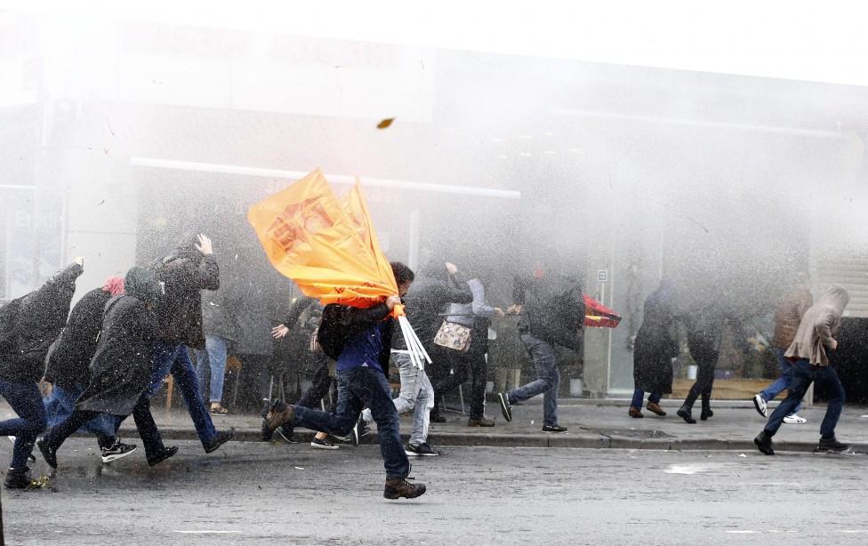 - Безредици в Истанбул - турската полиция използва днес водни струи и сълзотворен газ срещу тълпи от протестиращи в града, предаде Ройтерс. Сред...