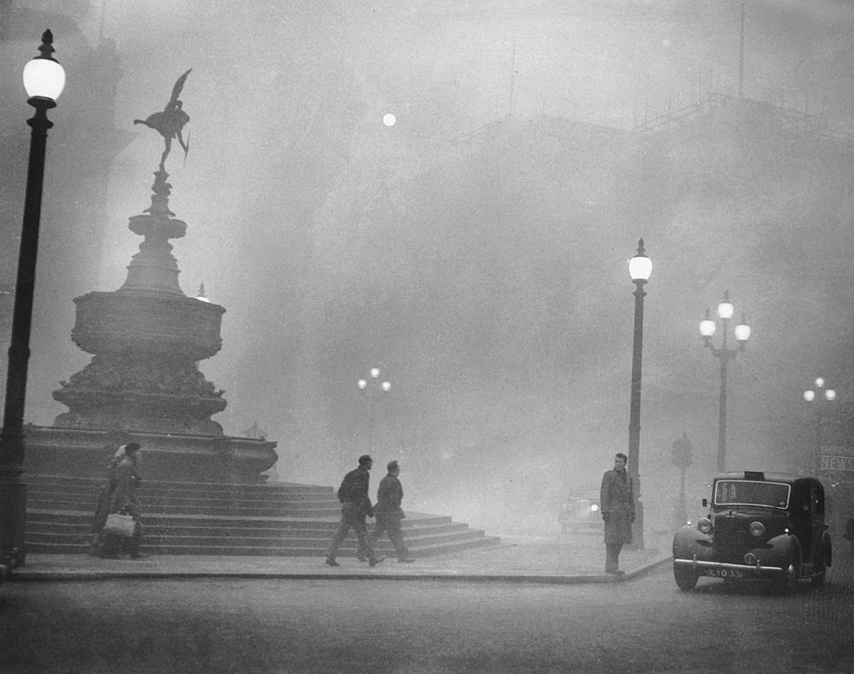През декември 1952 г. токсична мъгла задушава великобританската столица и парализира града, лишавайки го от слънчева светлина за близо седмица.