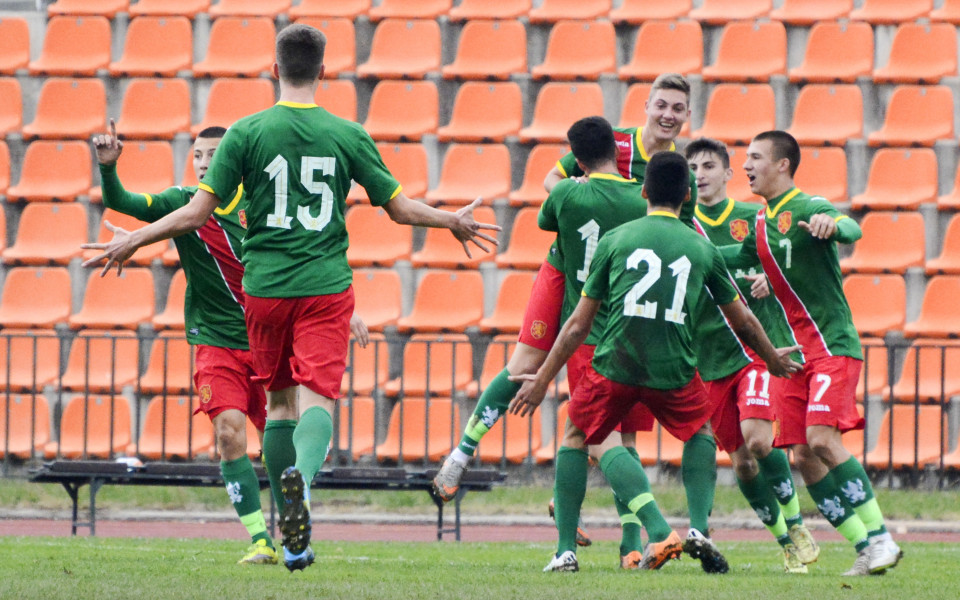 България загуби в последния мач, но се класира напред
