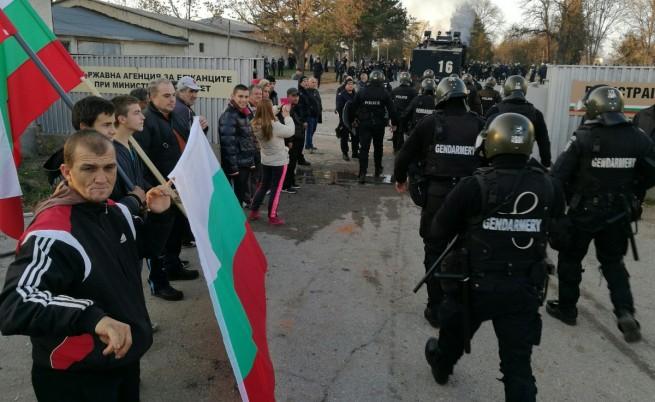 Бунт и пожар в бежанския център в Харманли