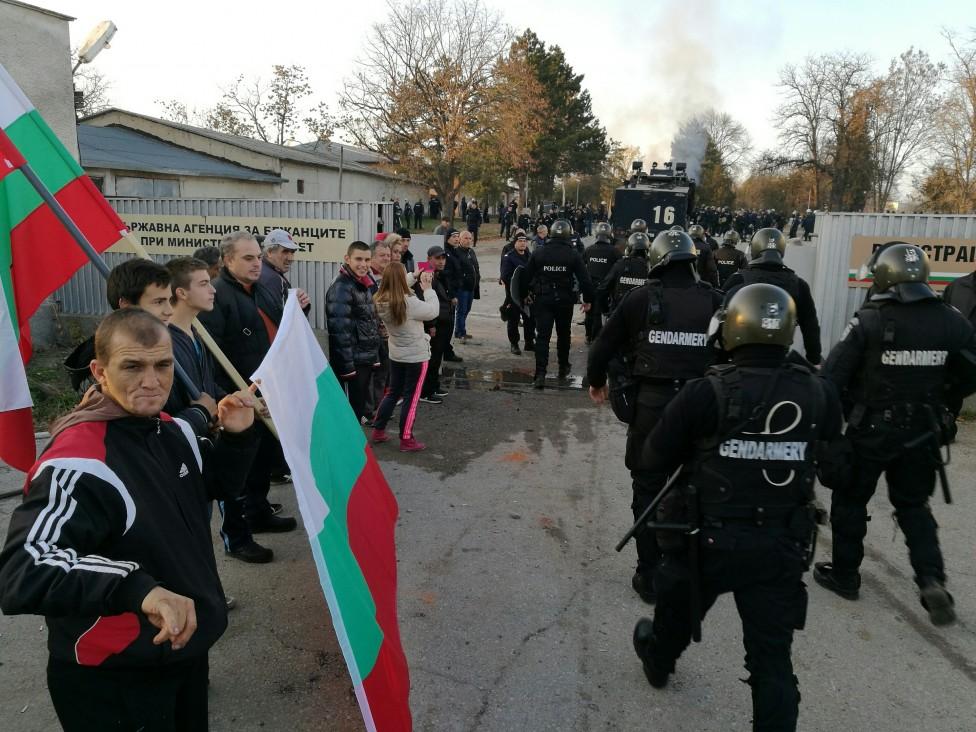 - Мигрантите в центъра в Харманли се вдигнаха на бунт с искане границата със Сърбия да бъде отворена и те да сигна до Западна Европа. Полиция и...