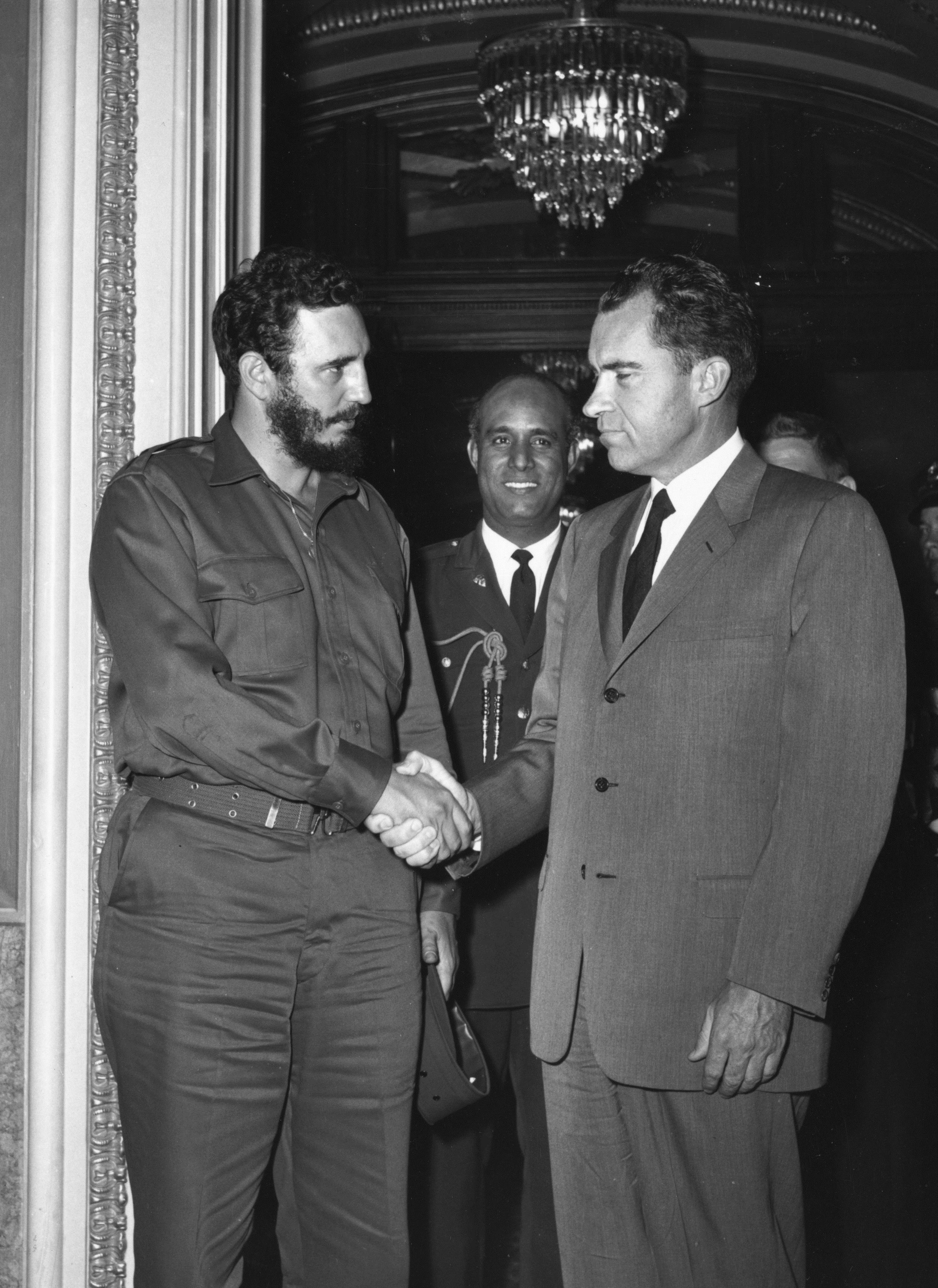 1959 г. - Фидел Кастро се ръкува с вицепрезидента на САЩ Ричард Никсън по време на посещение във Вашингтон.